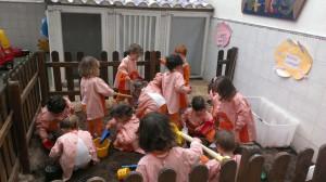 Los pequeños de 2 y 3 años en la tarea dedicada al huerto. Escuela Lápices en la calle Río Nervión